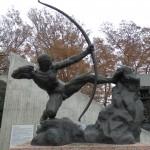 弓を弾く銅像
