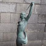 女性の銅像